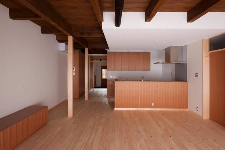 リビングからキッチンを見る: アトリエ・ブリコラージュ一級建築士事務所が手掛けたキッチンです。