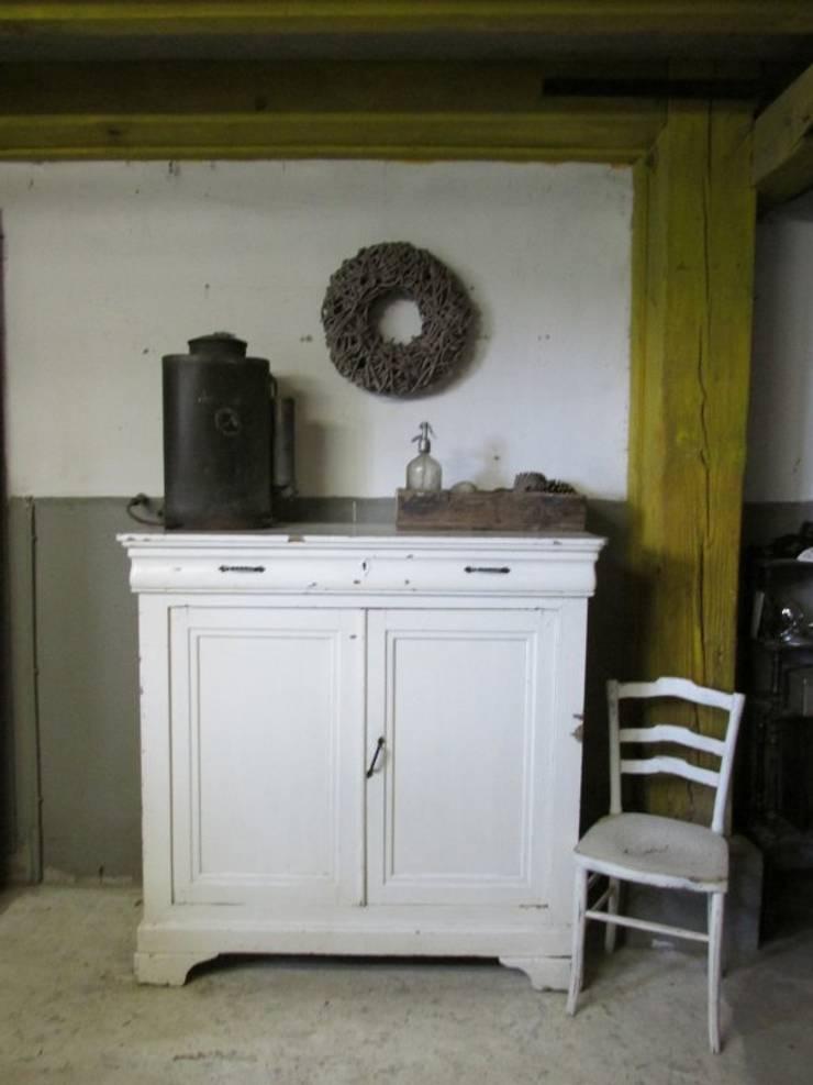 Brocante meidenkast in de originele verf:  Woonkamer door Were Home
