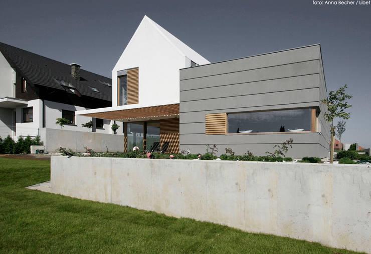 dom pod Gdańskiem: styl , w kategorii Domy zaprojektowany przez PRACOWNIA 111,Minimalistyczny
