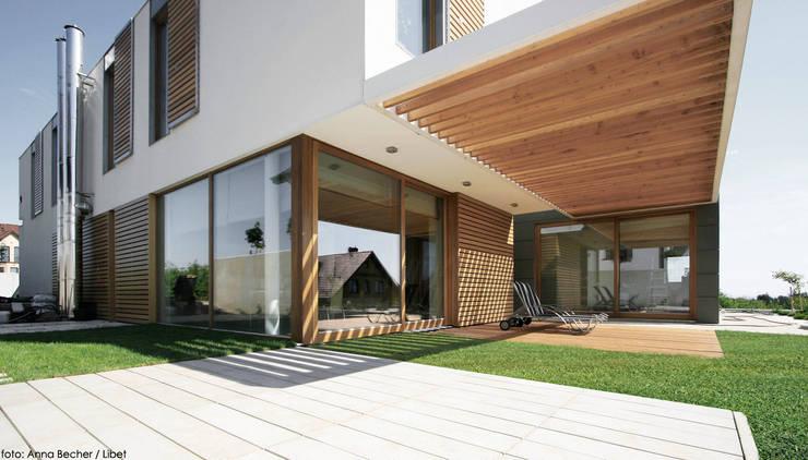 dom pod Gdańskiem: styl , w kategorii Taras zaprojektowany przez PRACOWNIA 111,Minimalistyczny