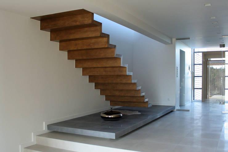 dom pod Gdańskiem - wnętrza - schody: styl , w kategorii Korytarz, przedpokój zaprojektowany przez PRACOWNIA 111