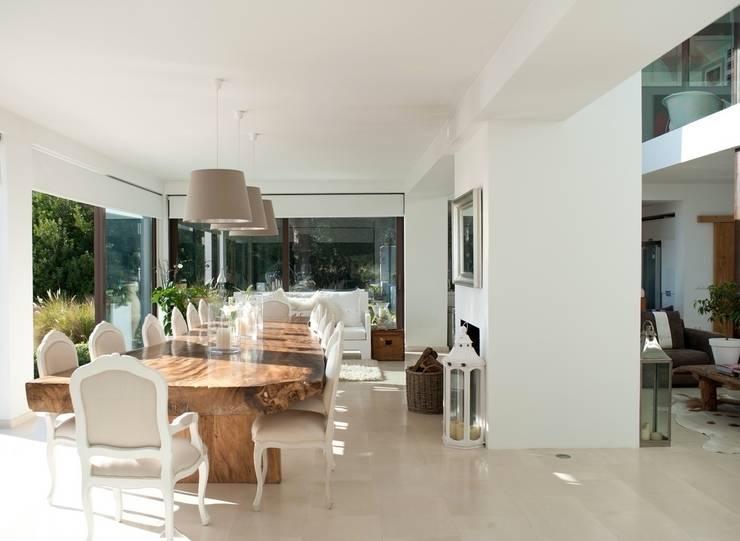 Pool Villa 250 Wohnen: moderne Wohnzimmer von Finnscania Blockhausfabrik