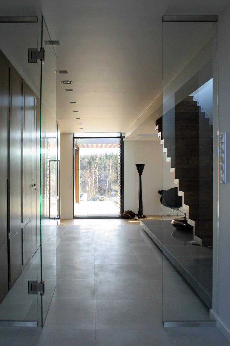 dom pod Gdańskiem: styl , w kategorii Korytarz, przedpokój zaprojektowany przez PRACOWNIA 111,Nowoczesny