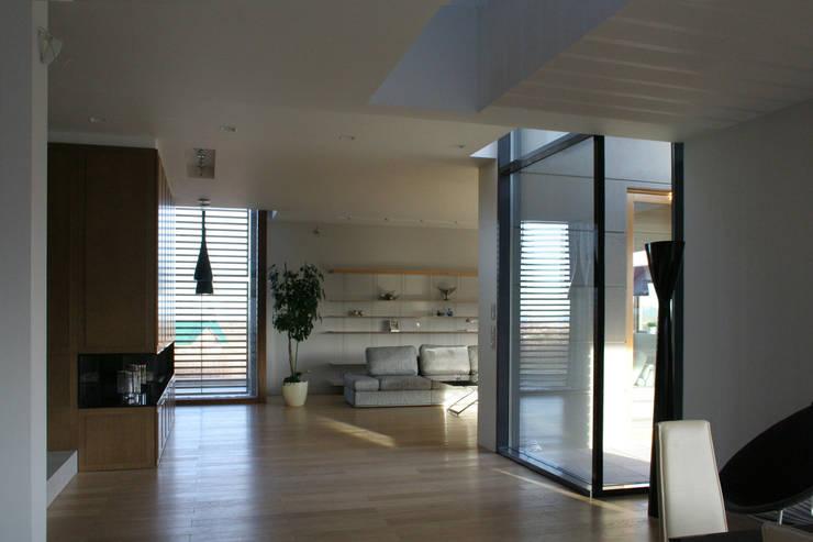dom pod Gdańskiem: styl , w kategorii Salon zaprojektowany przez PRACOWNIA 111