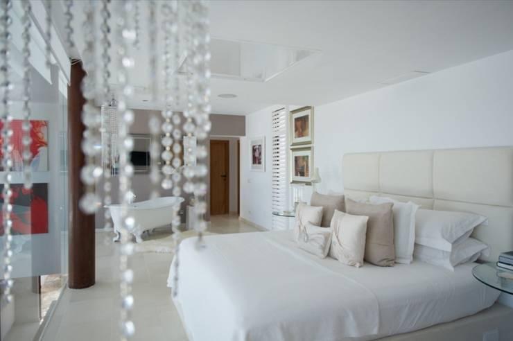 Pool Villa 250 Schlafen: moderne Schlafzimmer von Finnscania Blockhausfabrik