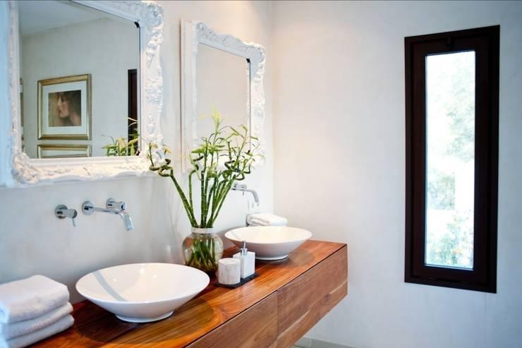 Pool Villa 250 Gäste WC: moderne Badezimmer von Finnscania Blockhausfabrik
