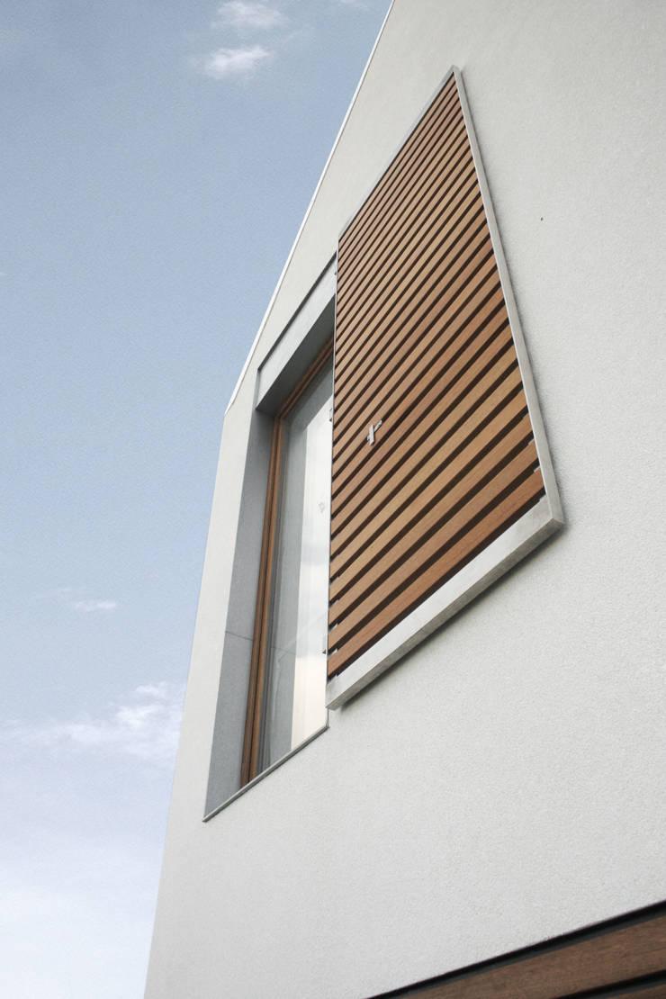 dom pod Gdańskiem - detal okna: styl , w kategorii Domy zaprojektowany przez PRACOWNIA 111,Minimalistyczny