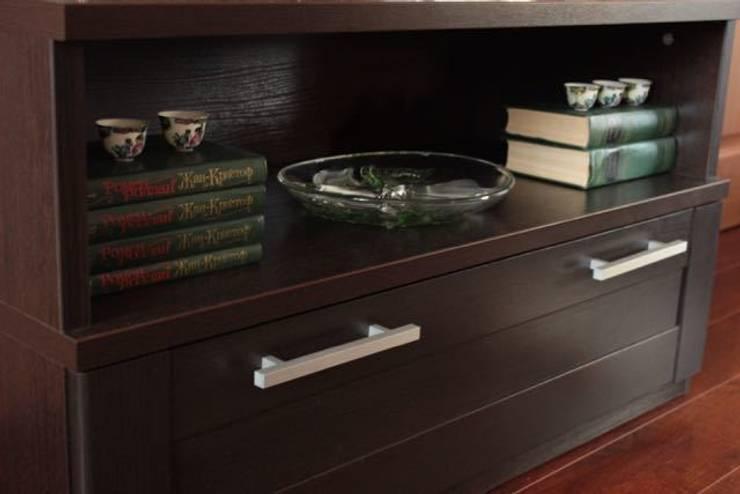 Декорирование тумбы под телевизор: Медиа комната в . Автор – L'Essenziale Home Designs