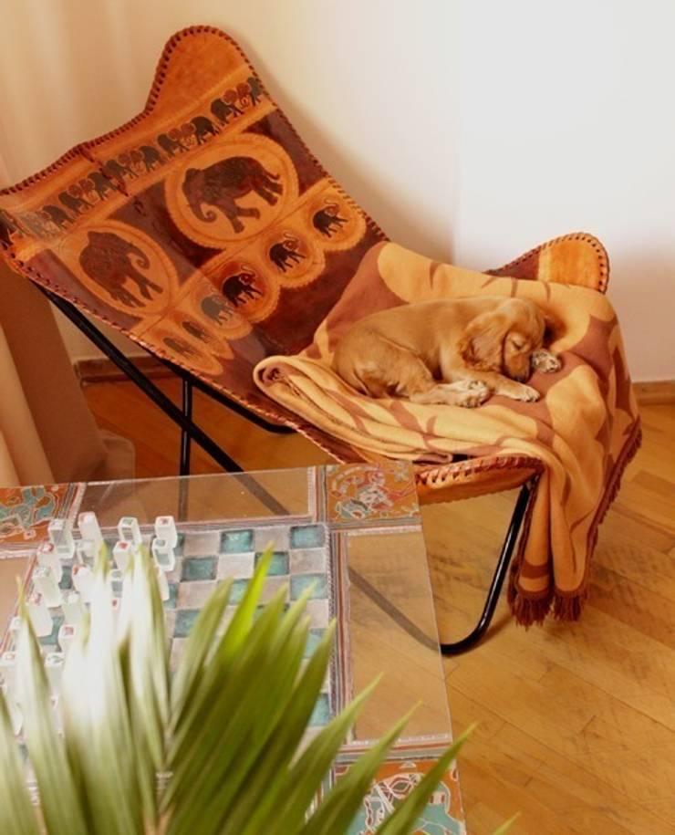 Кожаное кресло батерфляй из Шри-Ланки, шахматный столик ручной работы из Грузии: Спальная комната  в . Автор – L'Essenziale Home Designs