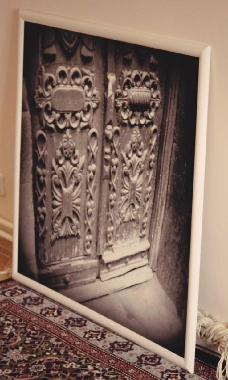 Черно-белая фотография старинных дверей в качестве декора стен: Спальная комната  в . Автор – L'Essenziale Home Designs