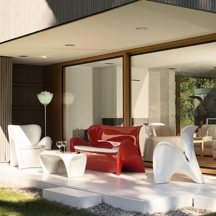 Divano LILY da esterno e interno Lucido: Giardino in stile  di Arredo-Giardino.com