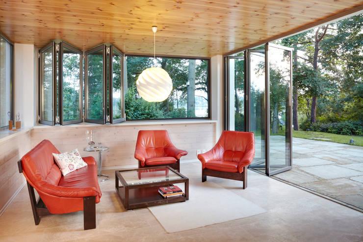 Glas-Faltwand  - teilgeöffnet mit Blick zum See:  Fenster & Tür von Solarlux GmbH