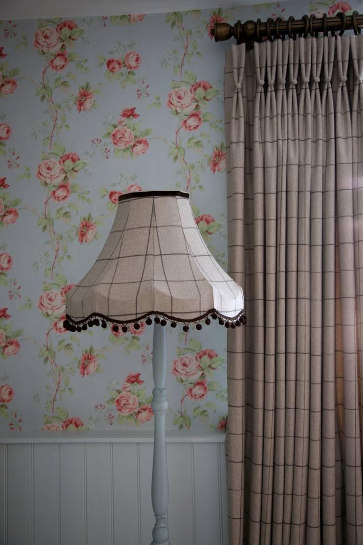 lUXURY LIVING ROOMS :  Living room by Debra Carroll Interiors