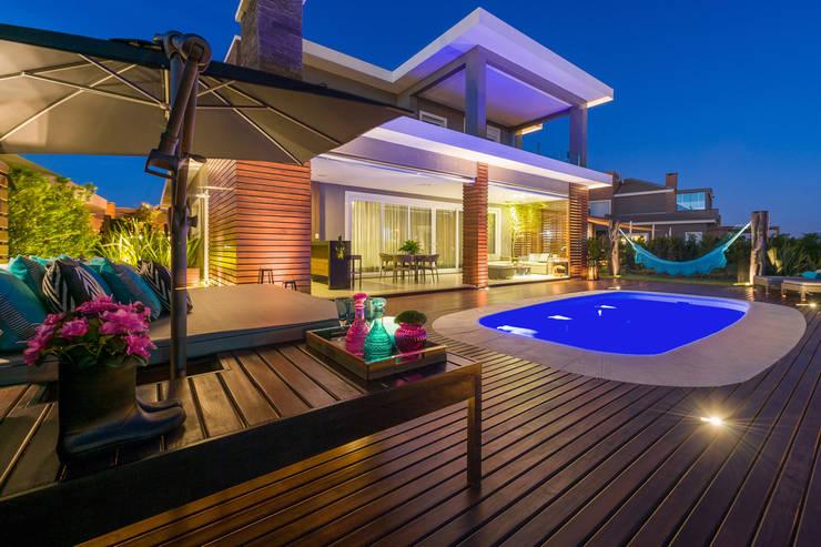 Casa de Praia: Piscinas modernas por Plena Madeiras Nobres