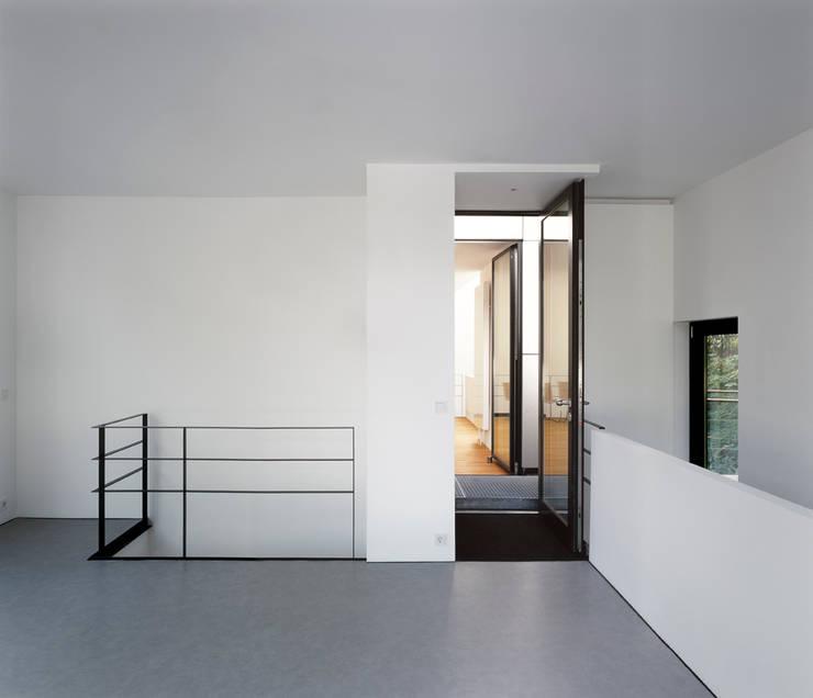 Hausboot am Eilbekkanal Hamburg:  Flur & Diele von DFZ Architekten