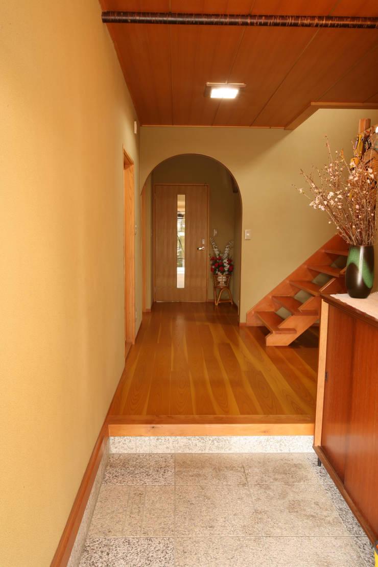 玄関 玄関ホール: 吉田設計+アトリエアジュールが手掛けた廊下 & 玄関です。,