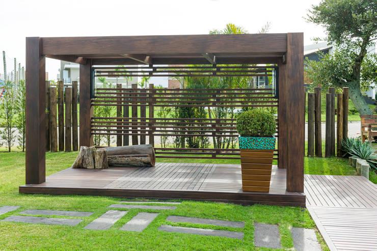 Jardim Casa Condomínio: Jardins  por Plena Madeiras Nobres