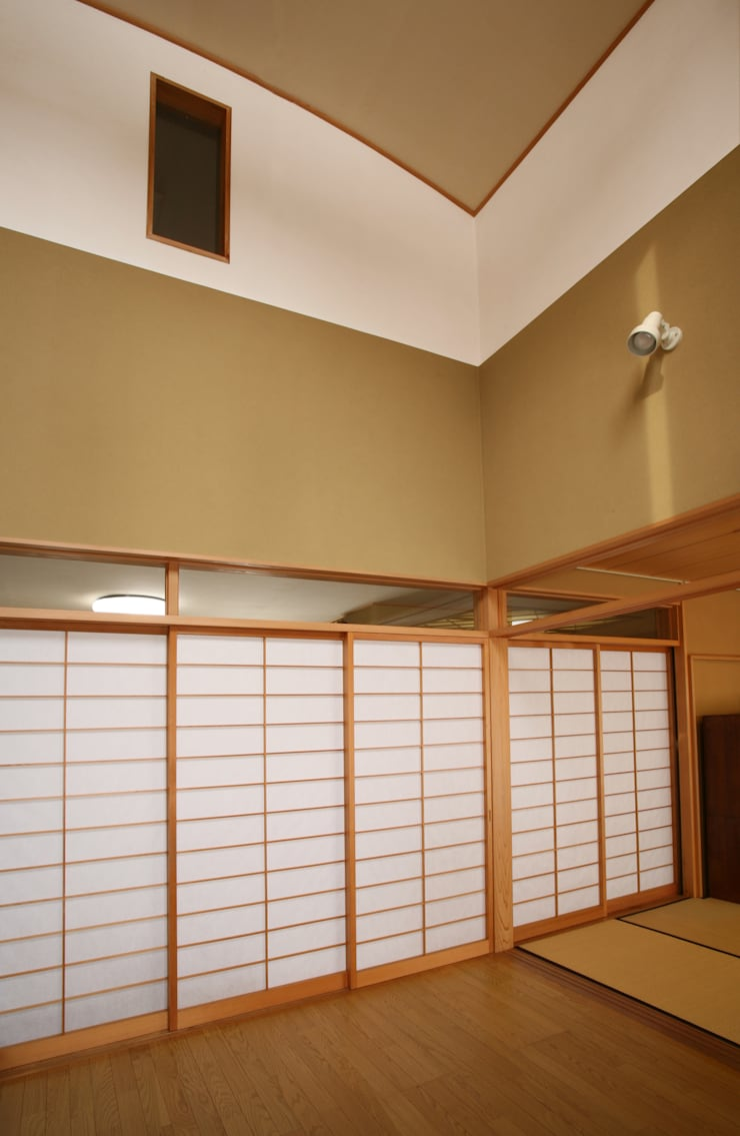 リビング (吹き抜け天井): 吉田設計+アトリエアジュールが手掛けたリビングです。,