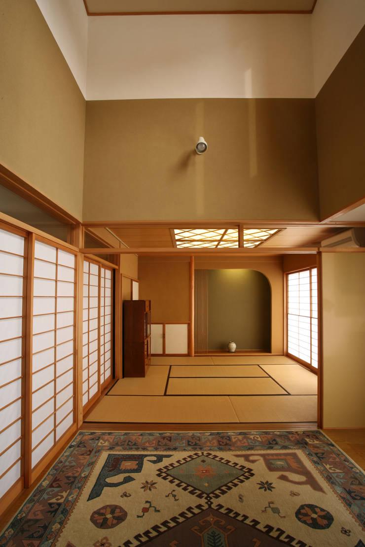 リビング (和室と連続): 吉田設計+アトリエアジュールが手掛けたリビングです。,