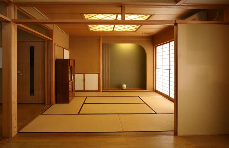 リビング (和室・客間・あるいは茶の間): 吉田設計+アトリエアジュールが手掛けたダイニングです。,