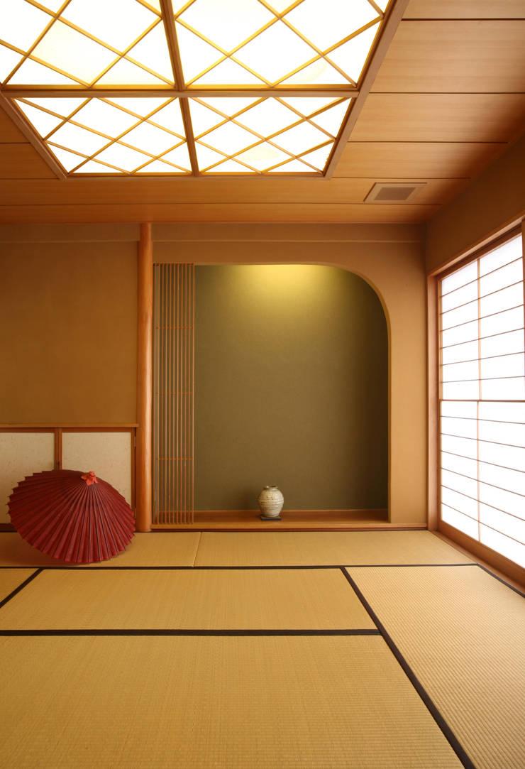 和室 (客間・寝室・あるいは茶の間): 吉田設計+アトリエアジュールが手掛けたリビングです。,
