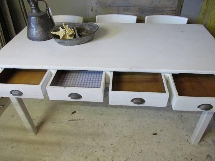 Smalle brocante witte tafel met 4 lades:  Eetkamer door Were Home