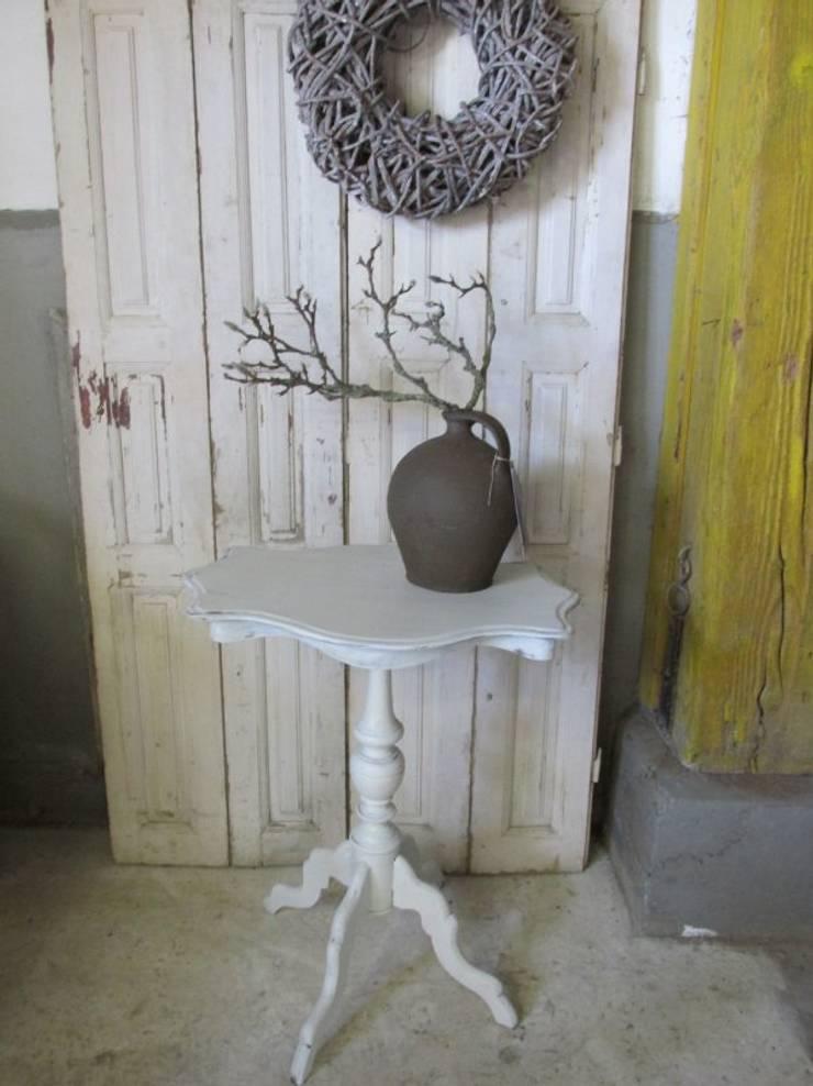Brocant antiek wit bijzet tafeltje:  Woonkamer door Were Home