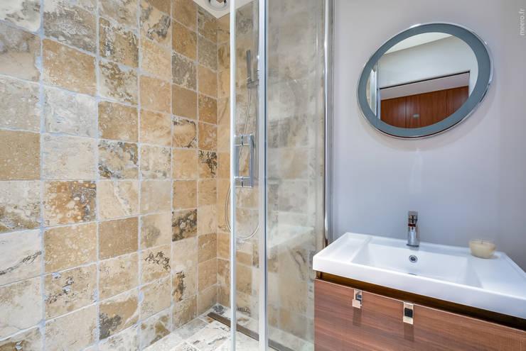 Baños de estilo moderno por blackStones