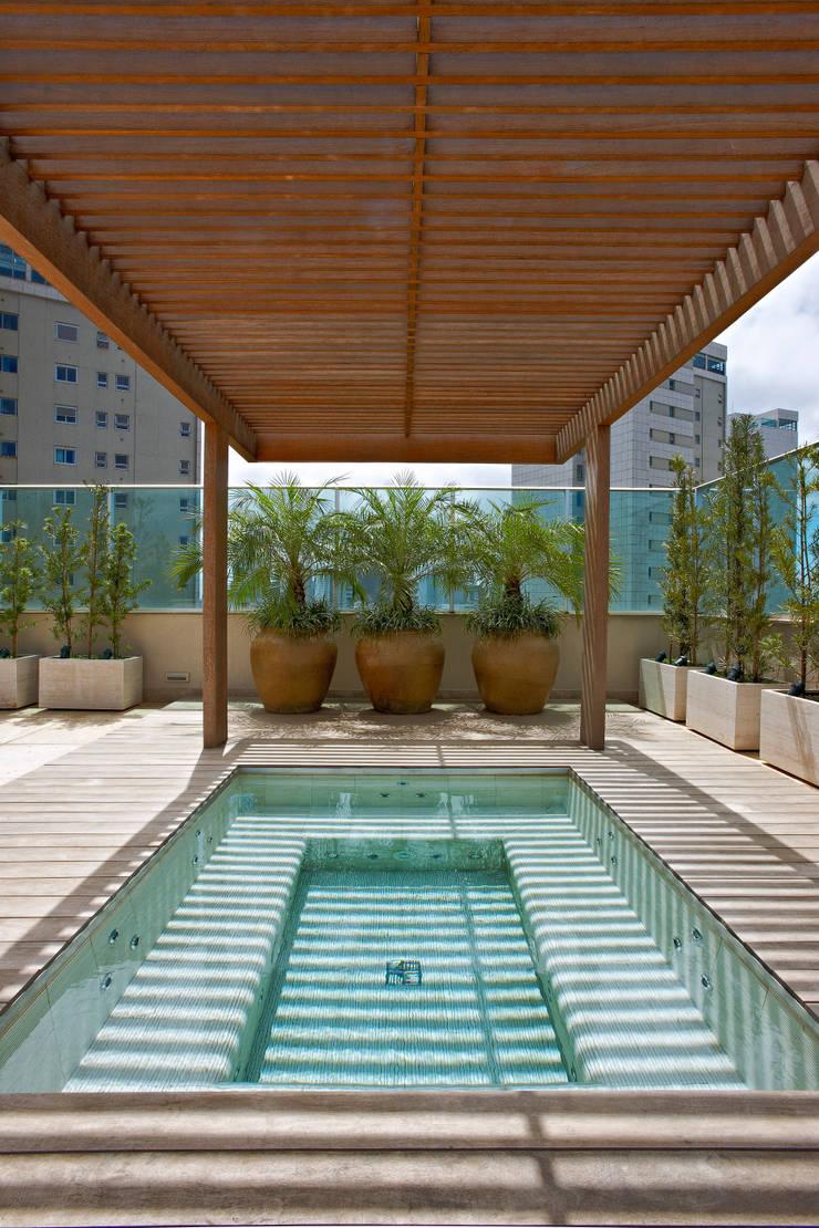 tropical  by Anaíne Vieira Pitchon Arquitetura e Interiores , Tropical