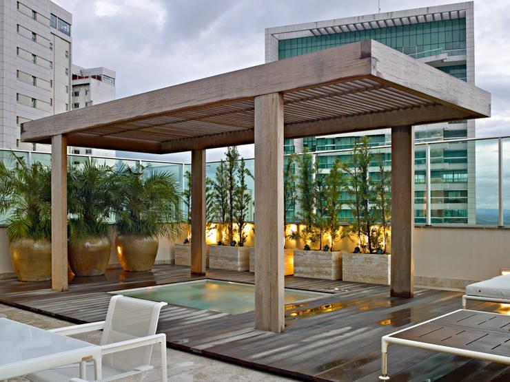 Spa de estilo clásico por Anaíne Vieira Pitchon Arquitetura e Interiores