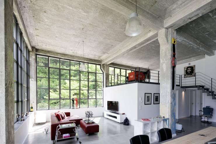 Loft:  Wohnzimmer von Hauser - Architektur