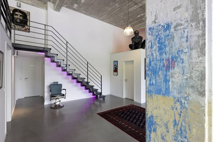 Duplex-Loft:  Flur & Diele von Hauser - Architektur