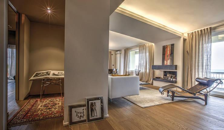 il soggiorno dall'ingresso: Soggiorno in stile in stile Moderno di cristina zanni designer