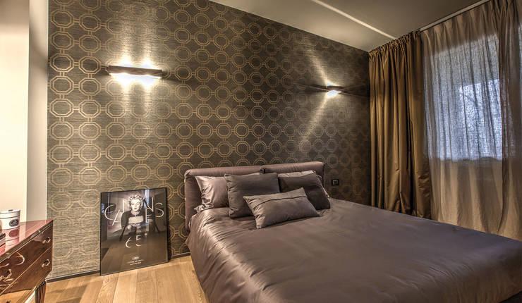 camera matrimoniale: Camera da letto in stile in stile Moderno di cristina zanni designer