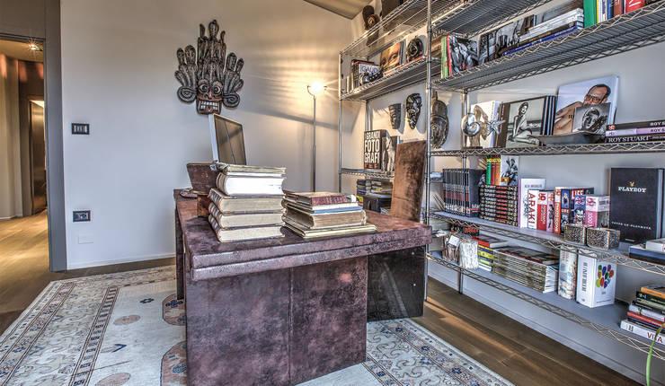 Attico contemporaneo : Studio in stile in stile Moderno di cristina zanni designer