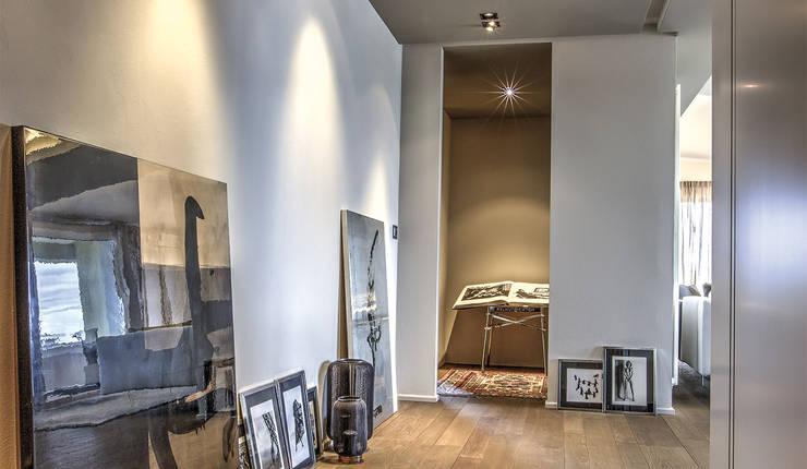 ingresso soggiorno: Ingresso & Corridoio in stile  di cristina zanni designer