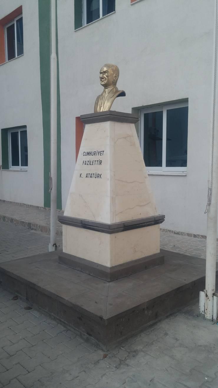 Bayram Soner Acarlıoğlu ve ortakları  – büst anıt:  tarz