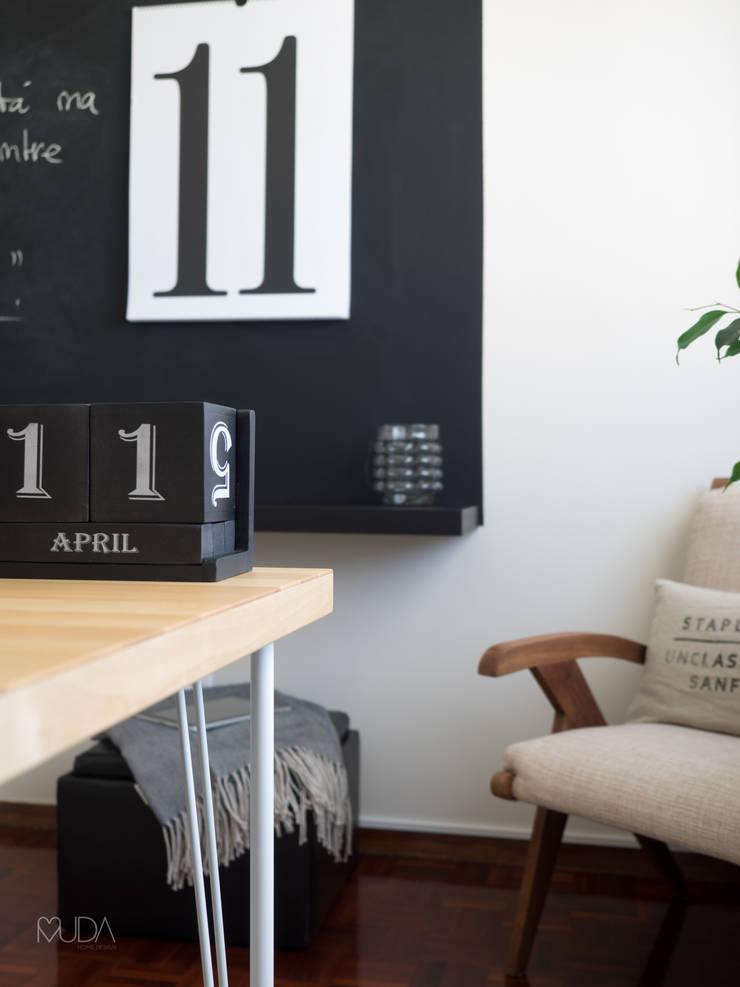 Escritório Preto no Branco - Depois: Escritórios e Espaços de trabalho  por MUDA Home Design