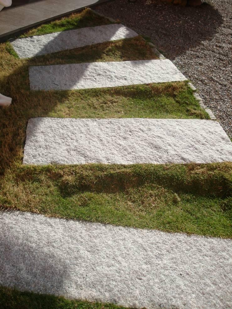 Chapa Grama de Granito Bruto 1x30: Jardins  por DECOR PEDRAS PISOS E REVESTIMENTOS,