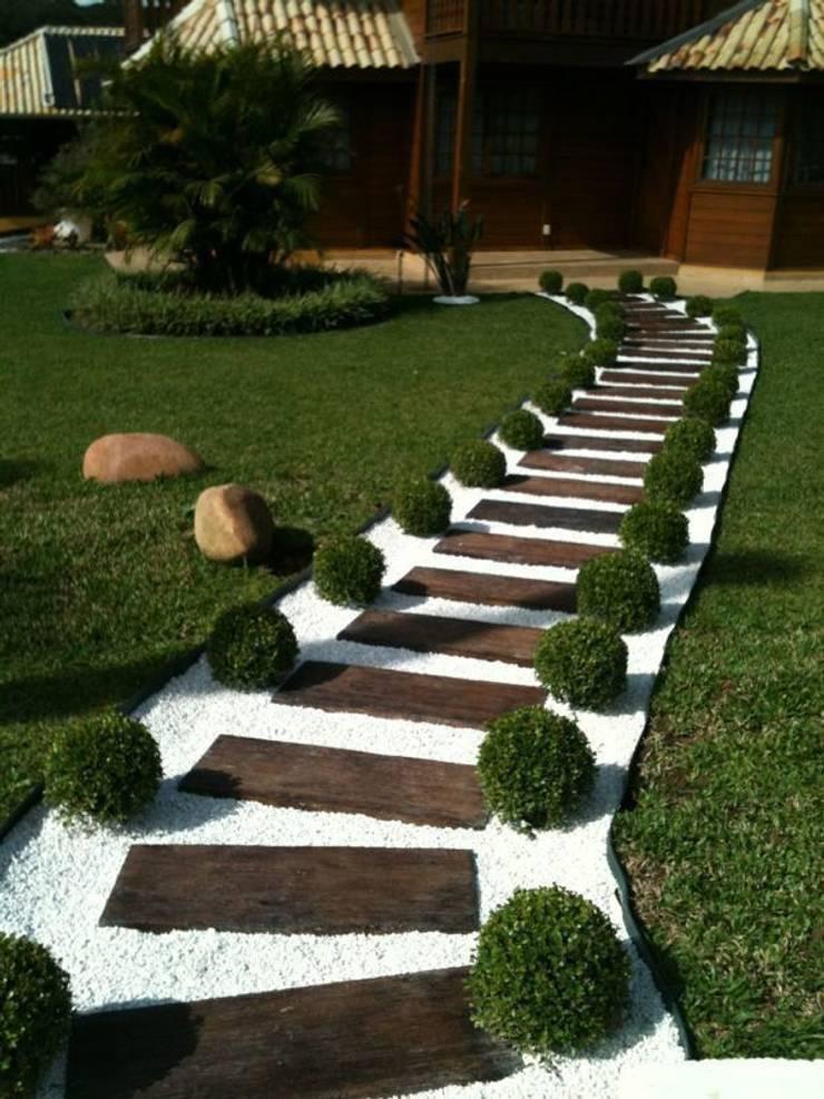 Placa Cimentícia imitando Madeira 1x30: Jardins  por DECOR PEDRAS PISOS E REVESTIMENTOS,