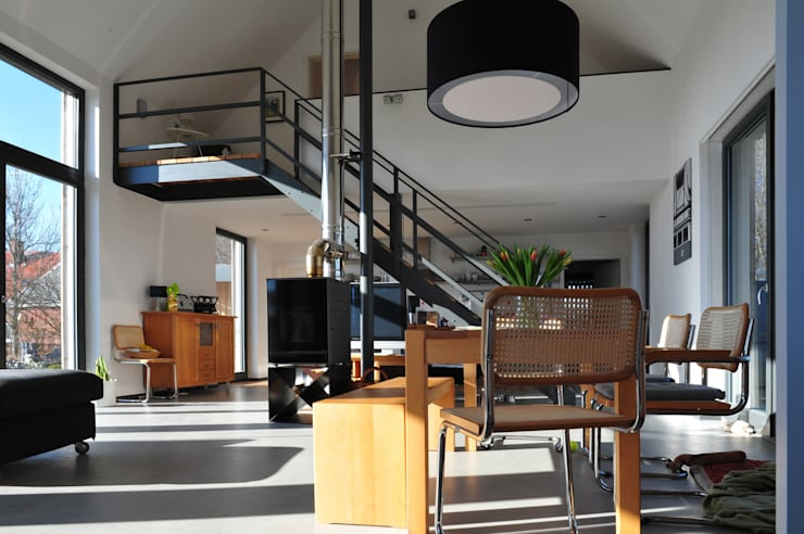 Wohnhalle mit Kaminofen und Treppe: moderne Wohnzimmer von JEBENS SCHOOF ARCHITEKTEN