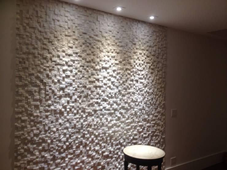 Mosaico de Mármore Branco: Salas de estar  por DECOR PEDRAS PISOS E REVESTIMENTOS