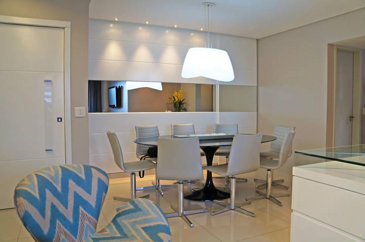 Tudo azul: Salas de jantar modernas por Ju Nejaim Arquitetura