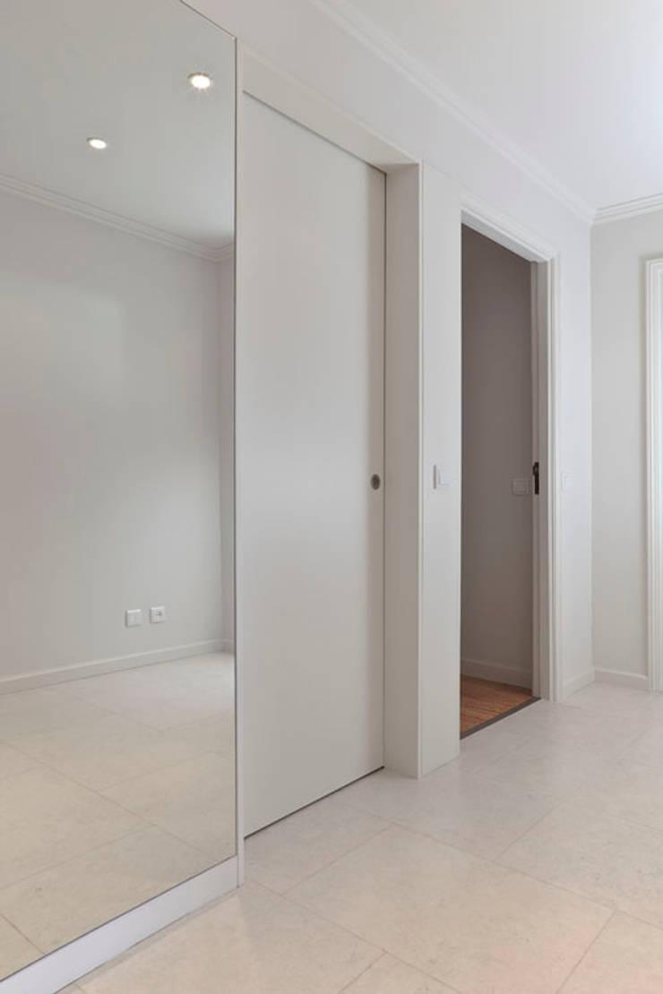 APARTAMENTO VdC01 – Remodelação: Corredores e halls de entrada  por A2OFFICE