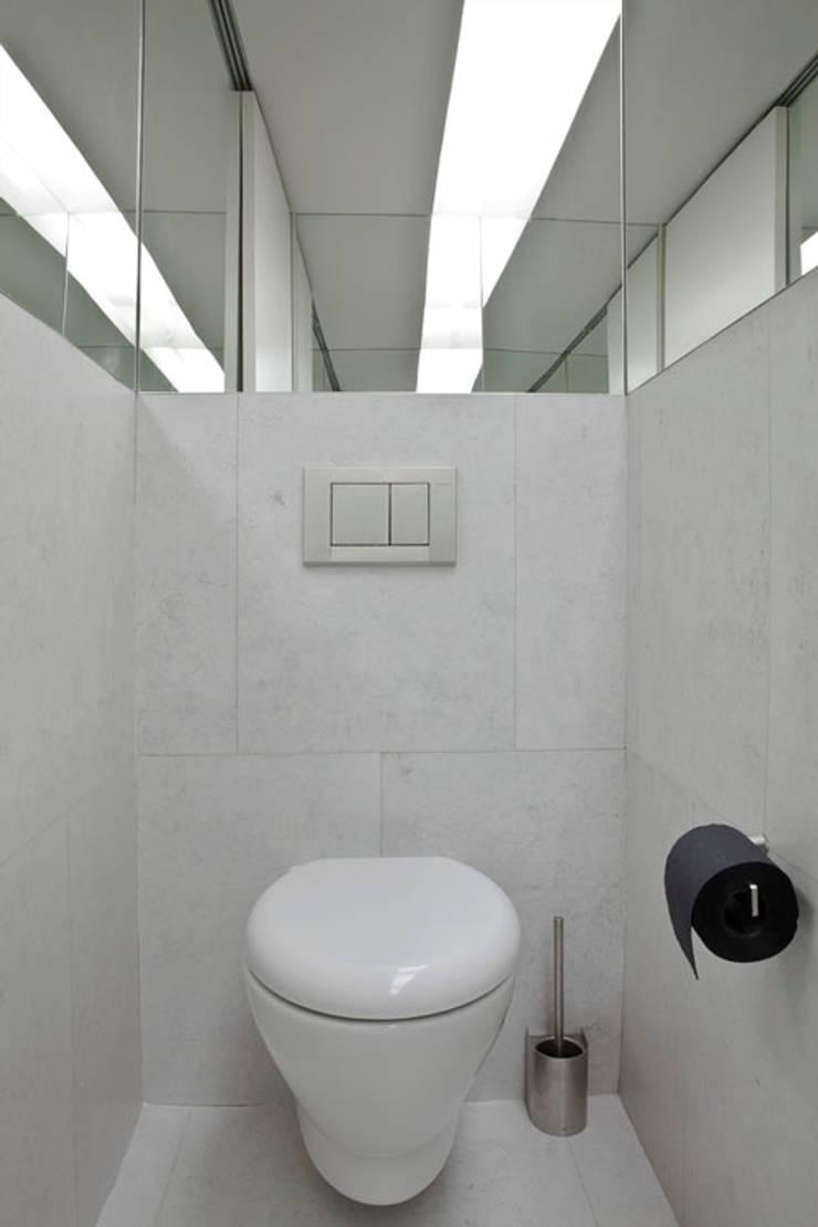 APARTAMENTO VdC01 – Remodelação: Casas de banho  por A2OFFICE