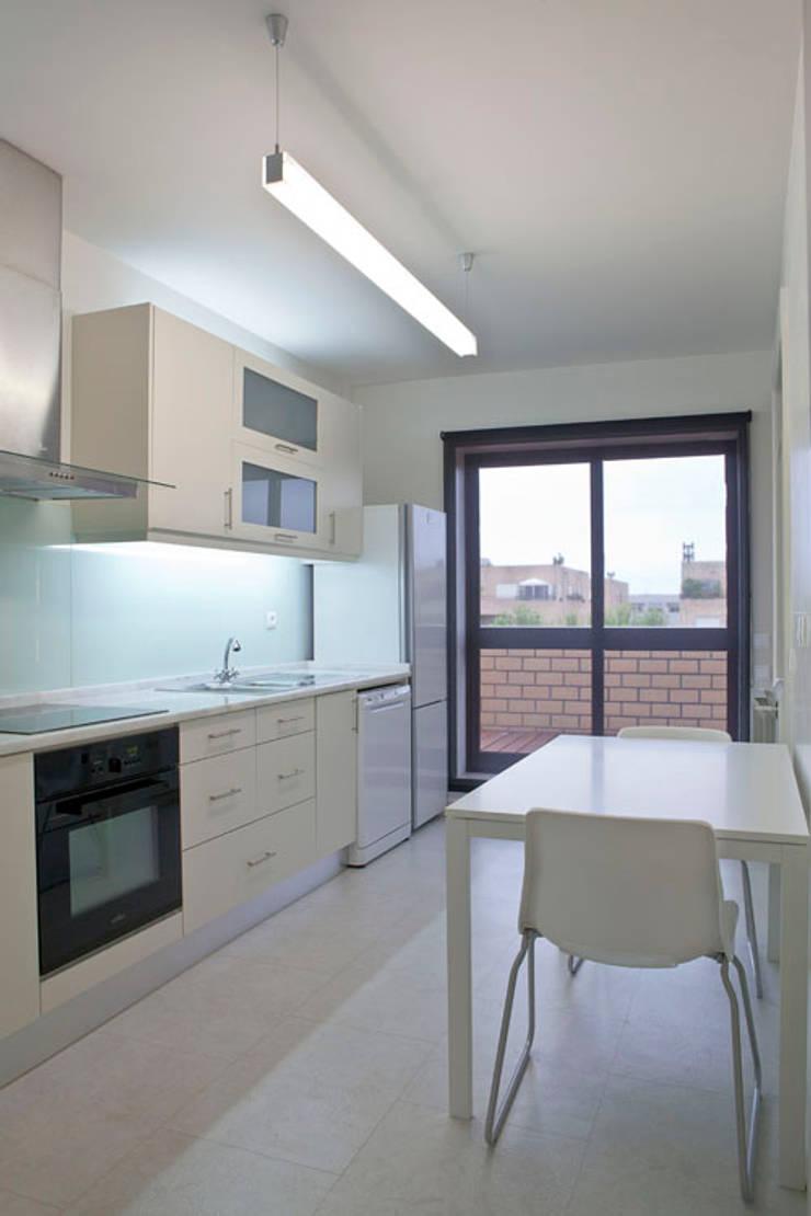 APARTAMENTO VdC01 – Remodelação: Cozinhas  por A2OFFICE