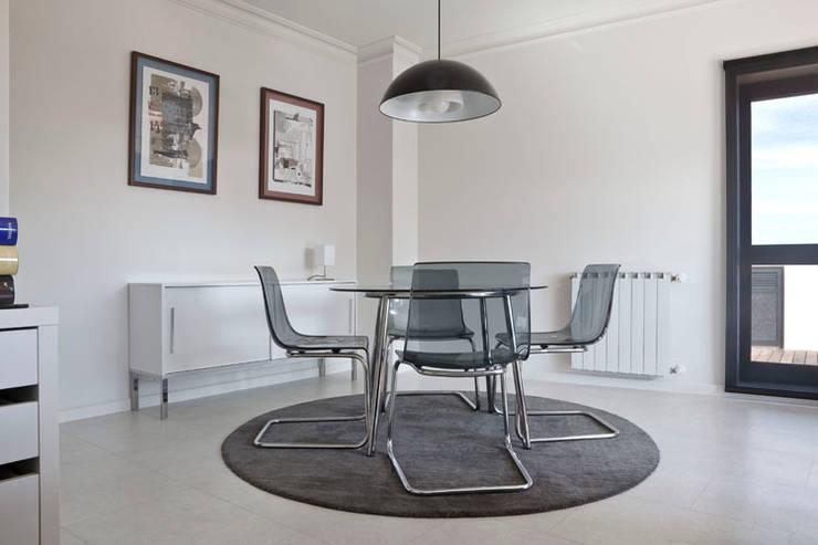 APARTAMENTO VdC01 - Remodelação: Salas de jantar ecléticas por A2OFFICE