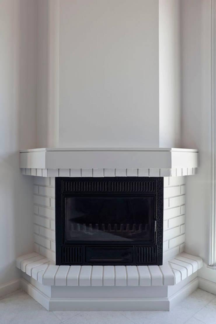 APARTAMENTO VdC01 – Remodelação: Salas de estar  por A2OFFICE