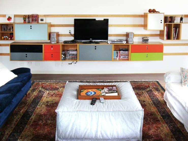 Encantado Flat: Salas de estar  por Red Studio