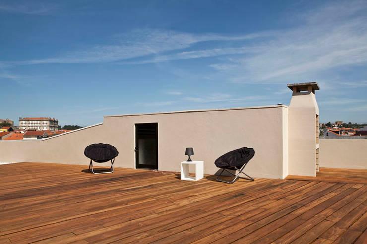APARTAMENTO VdC01 - Remodelação: Terraços  por A2OFFICE